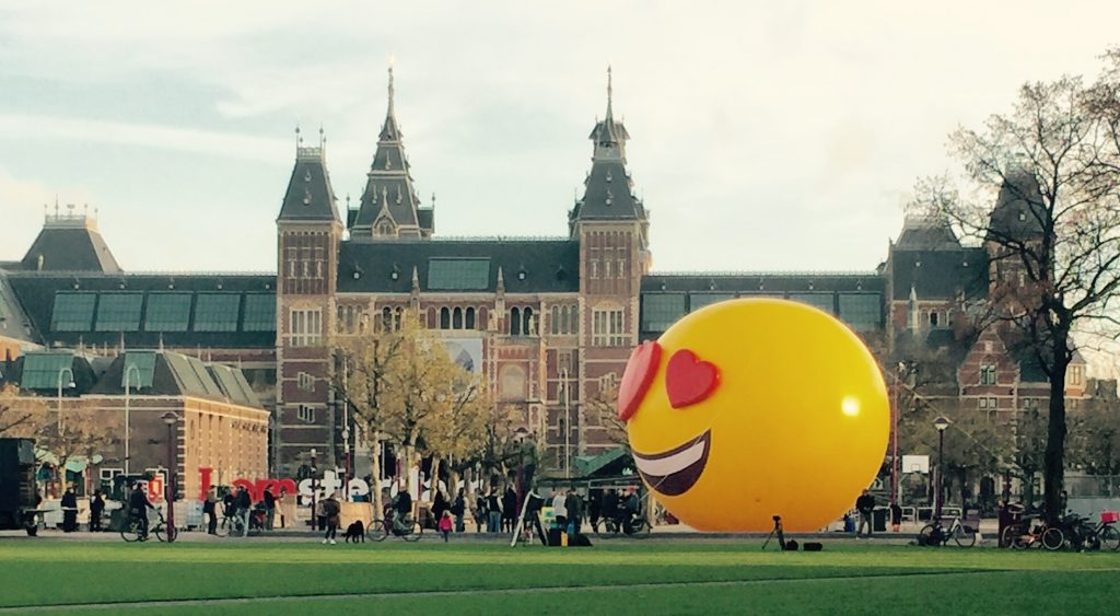 Publi air - Opblaasbare emoji - Tele 2 - Smileys - Marketing -actie - Museumplein - Amsterdam - inflatable - giants