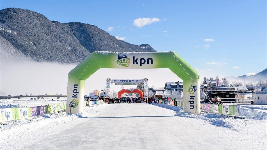 Opblaasbare boog - publi air KPN inflatable - schaatsen - winter - custom-made