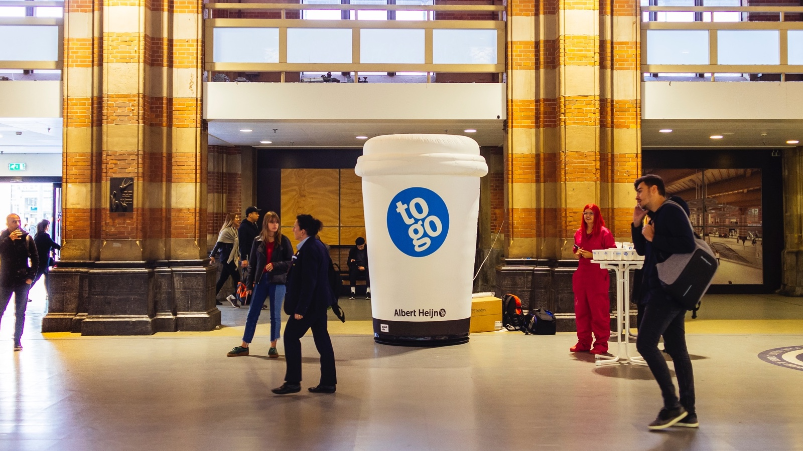 Opblaasbare koffiebeker thema activatie giant coffeecup theme activation voor AH to go