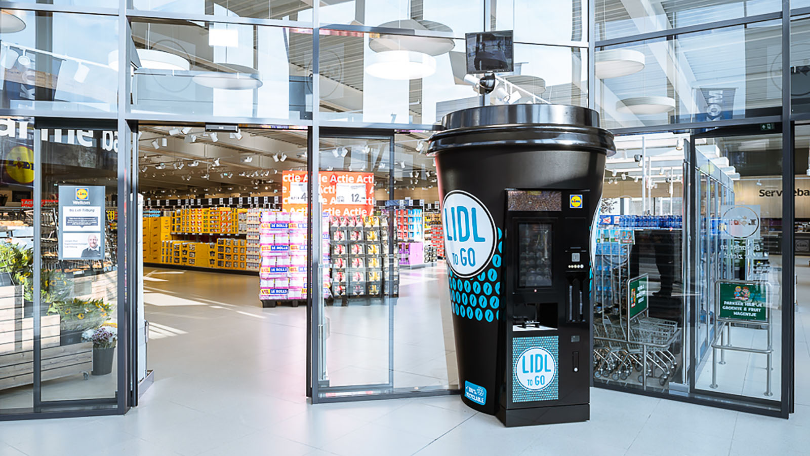 Maatwerk displays - Lidl koffiebeker display coffee cup inflatable - Publi air