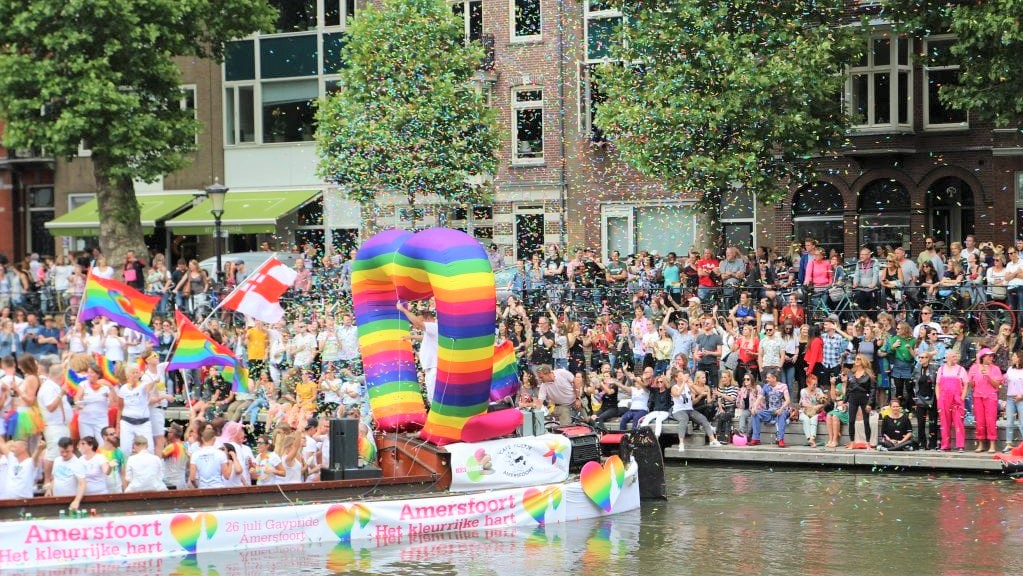 Inflatable heart - publi air - gaypride- pride- amsterdam - utrecht-